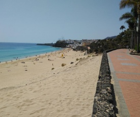 Apartment on the seafront, overlooking the beach, swimming pools, equipped. Wifi